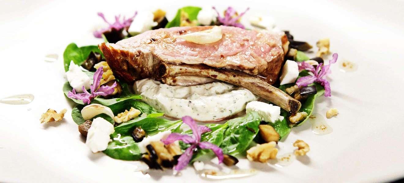 Tomahawk vom Schwein mit Salat